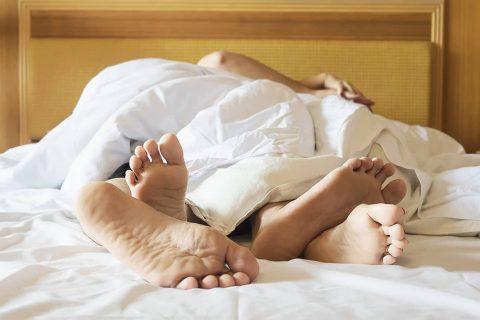 Doprajte si lepší zážitok v posteli s telovými sviečkami na prebudenie sexuálnej energie
